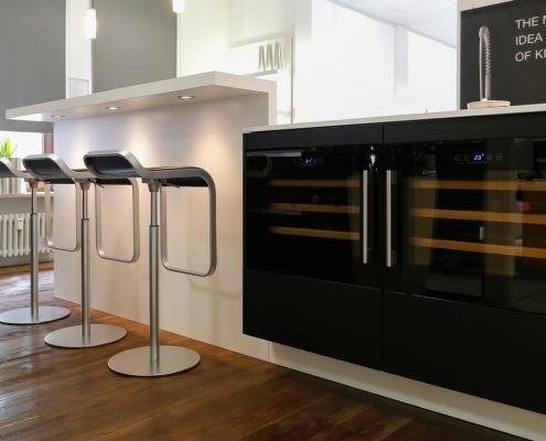 Häcker Systemat Küche, grifflos mit Glasfront in matt schwarz